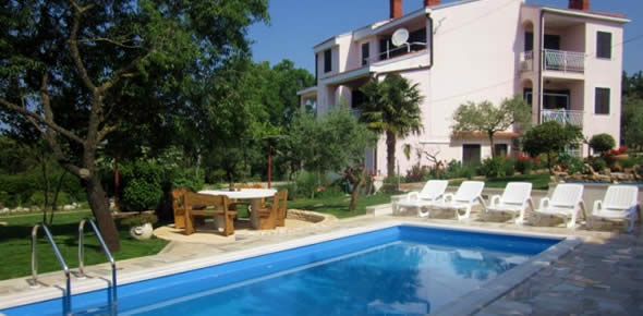 Apartments with pool Slivar